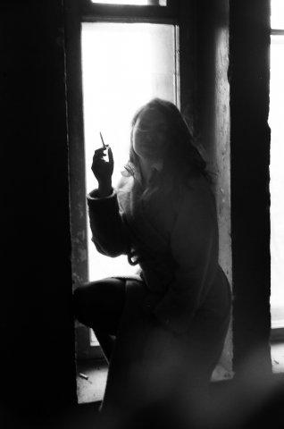 Фото девушки обнаженной с сигаретой